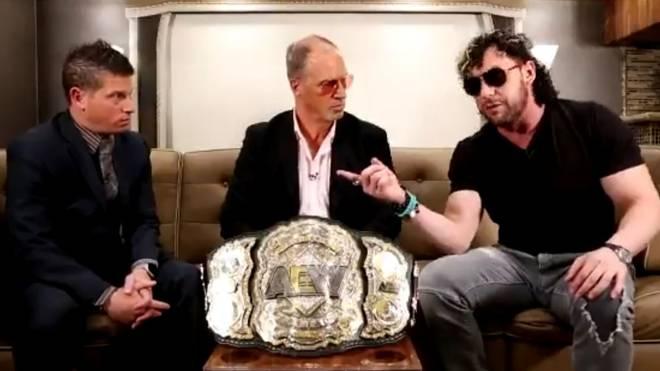 AEW-Champion Kenny Omega (r.) und Don Callis (M.) ließen sich bei Impact von Josh Mathews interviewen