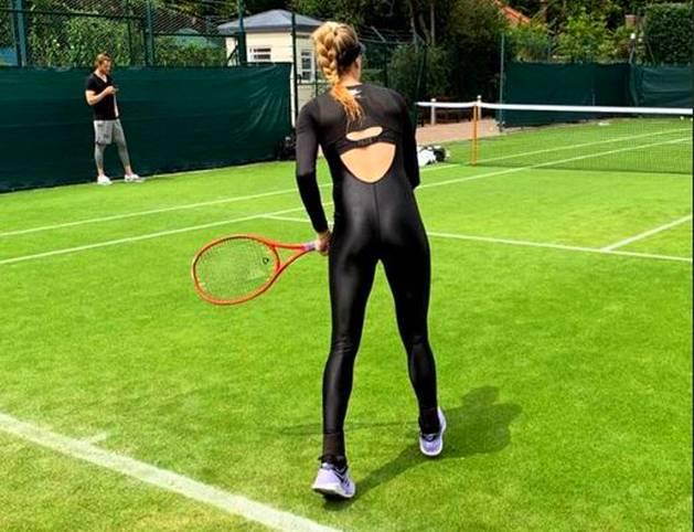 Eugenie Bouchard bereitet sich intensiv auf Wimbledon vor. Bei diesem Outfit ihres Kleidungssponsors könnte man aber zur Ansicht kommen, dass sie sich für die Neuverfilmung von Catwoman bewirbt