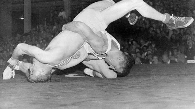 Danny Hodge (r.) holte 1956 Olympia-Silber im Ringen