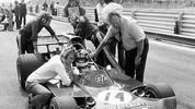 1973: Nach einem Reifenplatzer prallt der Brite Roger Williamson in Zandvoort gegen die Leitplanken, sein March fängt Feuer. Die Streckenposten stehen in kurzen Hosen und Hemden hilflos daneben, trauen sich nicht zu löschen. Williamson verbrennt in seinem Auto. Die Verantwortlichen für das Sicherheitschaos werden nicht bestraft