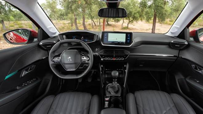 An Bord sind Touchscreen, Sensorleiste und verschiedene Assistenten wie ein Staupilot