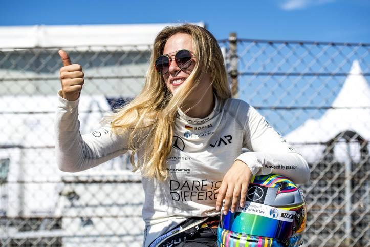 Als erste Frau in der Geschichte erhält Sophia Flörsch einen festen Startplatz in der Formel 3. In der kommenden Saison geht die 19-Jährige für das spanische Team Campos Racing an den Start und kämpf damit unter anderem auch gegen David Schumacher, Sohn von Ex-Formel-1-Star Ralf Schumacher, um die Punkte