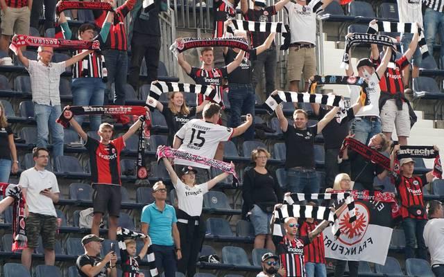 Endlich zurück im Stadion: Fans von Eintracht Frankfurt beim Bundesliga-Spiel gegen Bielefeld