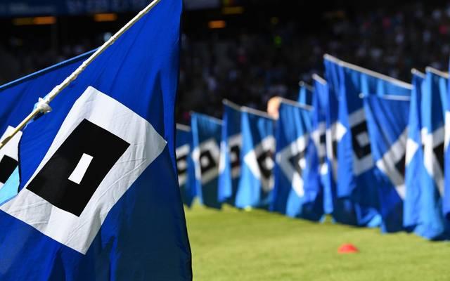 Fahnen mit dem Logo des Hamburger SV im Volksparkstadion