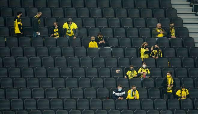 Ein Schalke-Fan verfolgte das Revierderby im Stadion