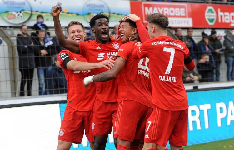 """Nach dem Aufstieg schlagen sich die """"kleinen Bayern"""" in der 3. Liga wacker. Nach 15 Spielen stehen sie auf dem neunten Rang. Ein guter Start, mit dem Coach Sebastian Hoeneß zufrieden ist. Es ist offensichtlich, dass sich die Talente nun noch besser entwickeln können"""