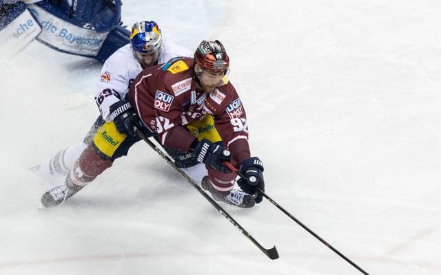 Marcel Noebels (vorne) von den Eisbären Berlin ist DL-Spieler des Jahres