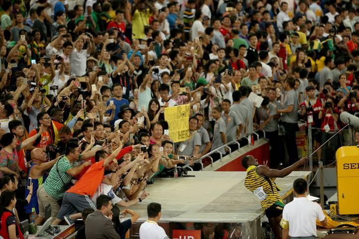 Usain Bolt feiert mit den Fans bei der Leichtathletik-WM in Peking. Unter Sportlern gehören Selfies schon längst zum guten Ton. Immer mit dabei ist natürlich eine Selfie-Stange für das perfekte Erinnerungsfoto - SPORT1 zeigt die besten Schnappschüsse