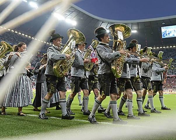 Die Bilder des 5. Spieltags: In München herrscht schon vor dem Spiel gegen Paderborn Feststimmung, genauer gesagt: Oktoberfeststimmung. Vor dem Spiel gibt eine Blaskapelle den Ton an...