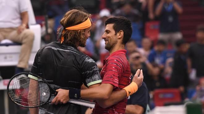Novak Djokovic gratuliert seinem Kontrahenten Stefanos Tsitsipas fair zum Sieg.