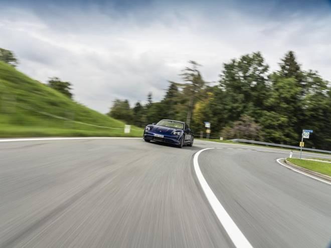 Beim Fahrverhalten ist auch der Taycan ein typischer Porsche. So erreicht er in 2,8 Sekunden 100 km/h und fährt bis zu 260 km/h schnell