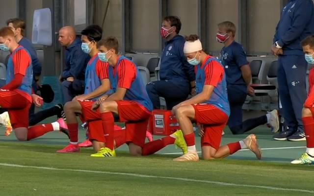 Die Spieler des FC Bayern München II und Preußen Münster gingen auf die Knie
