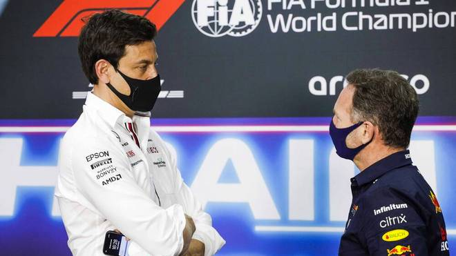 Mercedes-Teamchef Toto Wolff (l.) und Red-Bull-Teamchef Christian Horner liefern sich einen Schlagabtausch