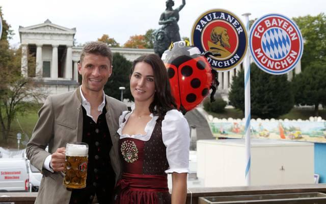 Thomas Müller mit seiner Frau Lisa Müller beim Münchner Oktoberfest