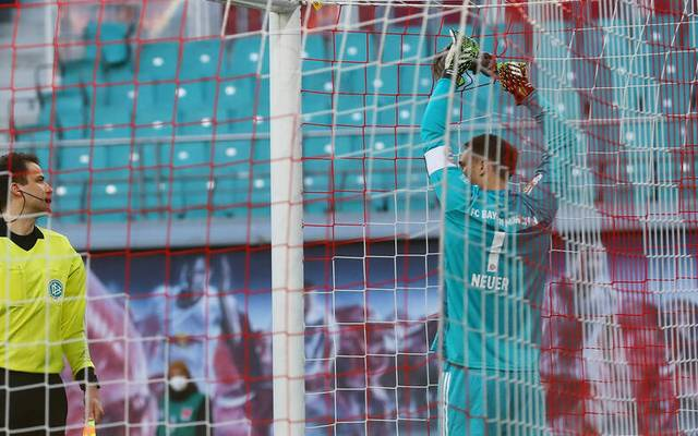 Manuel Neuer versuchte, das kaputte Tornetz zu flicken