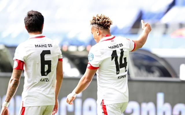 Die Mainzer um Danny Latza (links) und Pierre Kunde Malong wollen im Kellerduell den nächsten Sieg