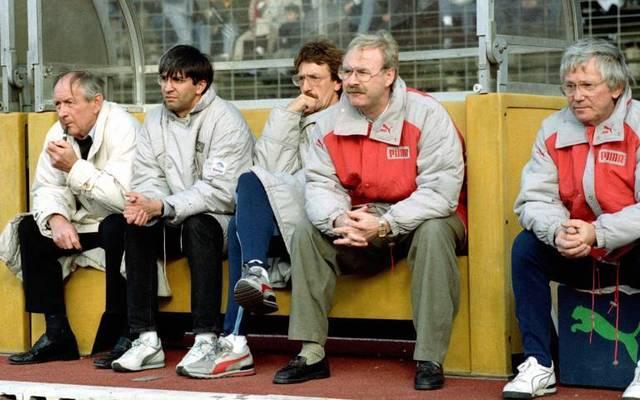 Trainerbank von Gladbach mit Trainer Wolf Werner (2.v.re.), Co-Trainer Gerd vom Bruch (Mitte) und Manager Helmut Grashoff (li.)