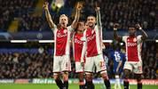Donny Van de Beek (l.) feiert ein Tor gegen Chelsea