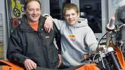 Diese orangefarbene Cross-Maschine besitzt Stefan als 17-Jähriger, doch bereits im Alter von vier Jahren schenkt ihm Vater Helmut (l.) eine kleine Honda QR 50. Der Beginn einer rasanten Karriere
