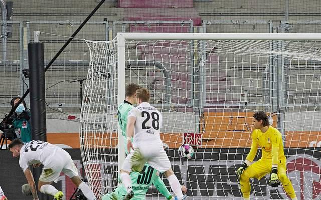 https www sport1 de fussball bundesliga 2021 03 fc augsburg 3 1 sieg gegen gladbach mit nur drei torschuessen