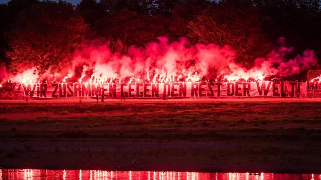 Fans von Dynamo Dresden brannten vor dem Teamhotel mehrere bengalische Feuer ab