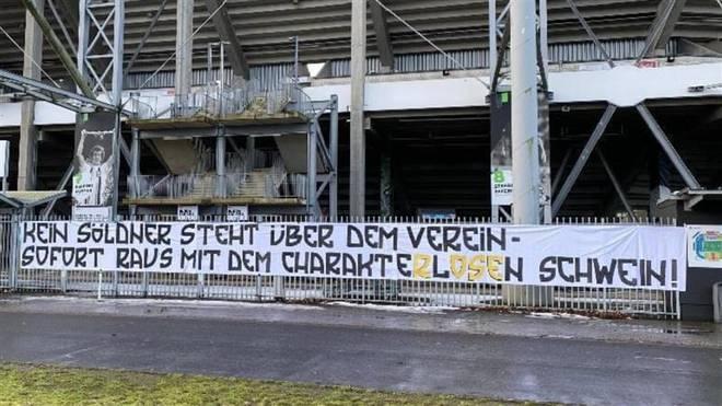 Die Stimmung ist explosiv: Ein Banner am Stadion zeigt das überdeutlich