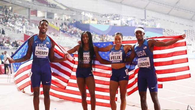 Wilbert London, Michael Cherry, Courtney Okolo und Allyson Felix holen das Gold für die USA bei der Mixed-Premiere