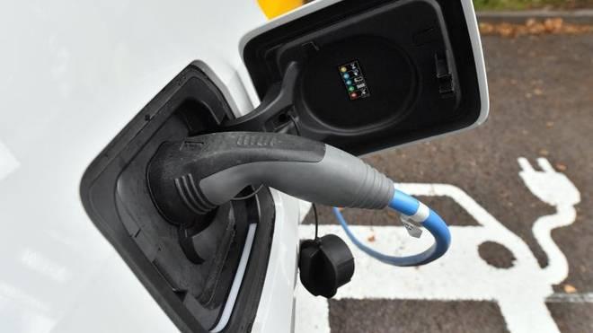 Der Akku eines Elektroautos wird an einer Ladestation geladen