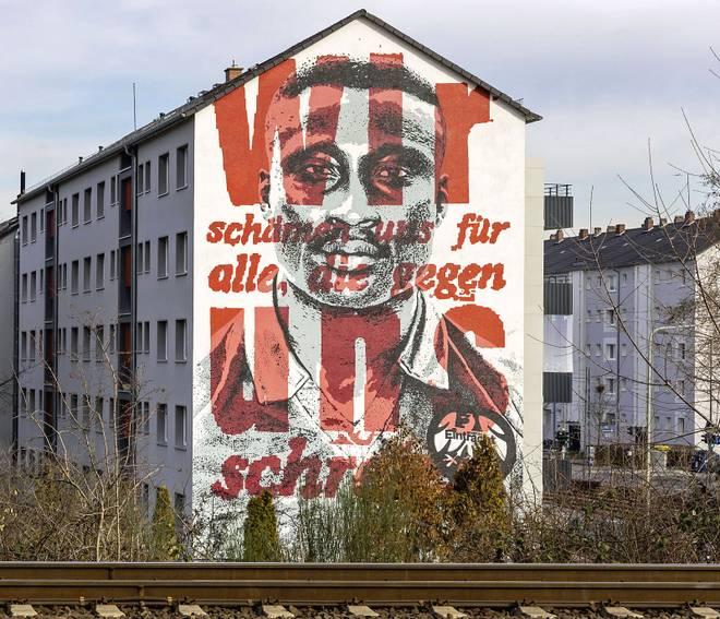 Das Porträt von Anthony Yeboah an der Hausfassade in Frankfurt