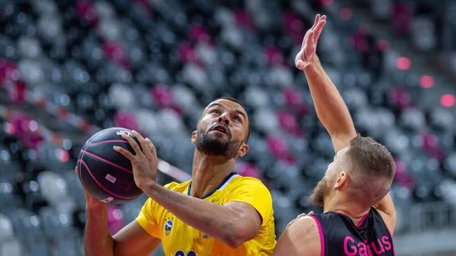 Johannes Thiemann (l,) machte elf Punkte für ALBA Berlin