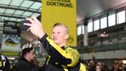 """Der BVB bittet um Geduld, sollte Haaland in der Bundesliga nicht sofort Begeisterungsstürme auslösen. """"Er ist 19 Jahre alt, geben Sie ihm eine Chance, dass er sich auch entwickeln kann"""", sagt Präsident Reinhard Rauball. Marco Reus vergleicht ihn vom Typ her mit Robert Lewandowski. Haaland meint: """"Was die Erwartungen angeht, mache ich mir keinen Kopf"""""""