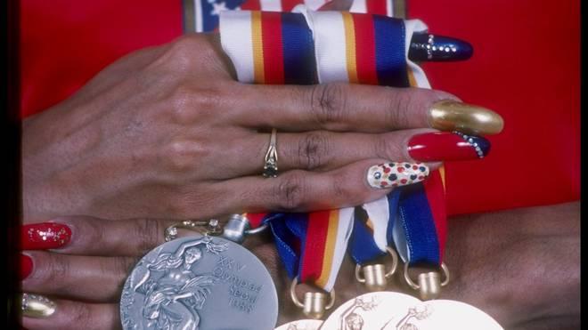 Florence Griffith-Joyner setzte auch beim Shooting mit den Medaillen ihre Fingernägel in Szene