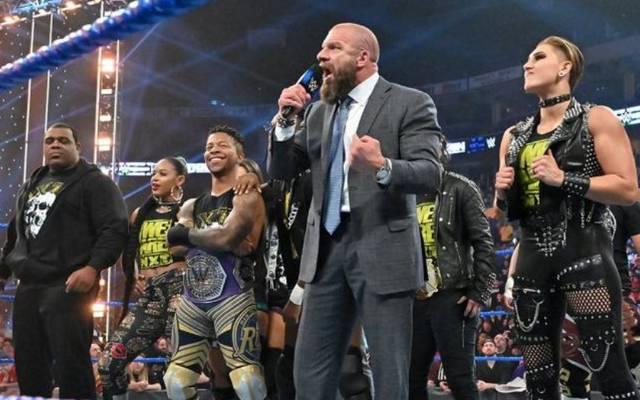 Triple H (im Anzug) ließ zahlreiche NXT-Stars debütieren
