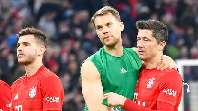 Manuel Neuer (M.) und Robert Lewandowski (r.) kämpfen um die Auszeichnung zum Fußballer des Jahres