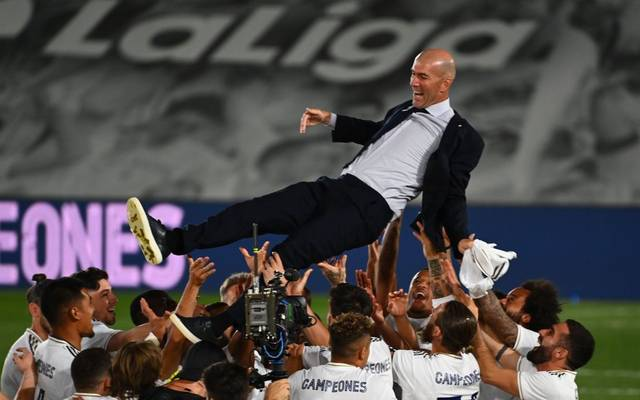 Zinedine Zidane wird von seinen Spieler gefeiert