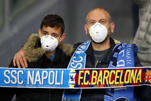 Beim Champions-League-Spiel zwischen Neapel und Barcelona waren zahlreiche Fans mit Mundschutz im Stadion