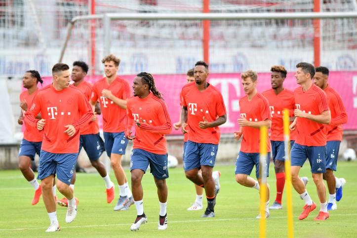 """""""In Bayern daheim, in der Welt zu Hause"""": Am Montag macht sich der Tross des FC Bayern auf gen Amerika. Die USA-Reise steht an, neben diversen Marketing-Terminen sind dabei auch drei Testspiele angesetzt (alle LIVE im TV auf SPORT1)"""
