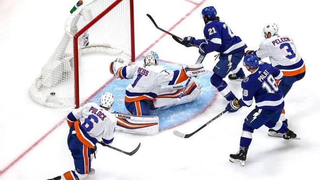 Bereits nach wenigen Minuten musste Eishockey-Nationaltorhüter Thomas Greiss mehrmals hinter sich greifen und wurde nach nur 11 Minuten ausgewechselt