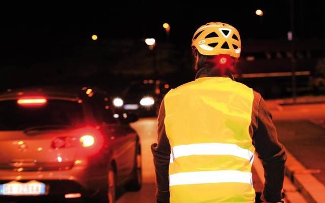 Sehen und gesehen werden: Reflektierende Kleidung, Leuchten und Schutzwesten können die Sicherheit von Radlern bei Dunkelheit erhöhen