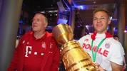 Joshua Kimmich (r.) und Bayerns Co-Trainer Hermann Gerland freuen sich über den Sieg im DFB-Pokal