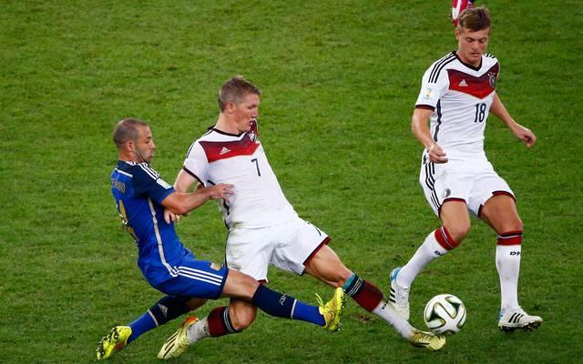 Javier Mascherano im Duell mit Bastian Schweinsteiger
