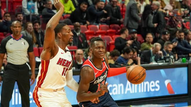 Isaac Bonga (re., hier gegen Bam Adebayo von den Miami Heat) steht bei den Washington Wizards offenbar vor dem Abgang