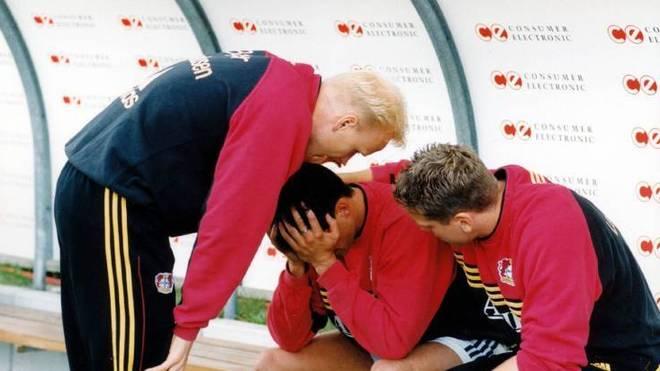 Leverkusens Carsten Ramelow, Michael Ballack und Torben Hoffmann (v.l.) nach dem Drama in Unterhaching 2000