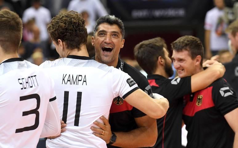 Die Volleyball-Nationalmannschaft steht bei der EM in Polen vor einem historischen Erfolg. Noch nie hat eine deutsche Mannschaft eine EM-Medaille geholt. Im Finale gegen Russland (ab 20.25 im LIVESTREAM u. auf SPORT1+) winkt jetzt sogar Gold! SPORT1 stellt das Team von Andrea Giani vor