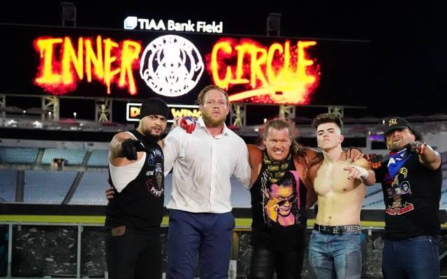 Chris Jericho (M.) und sein Inner Circle jubelte bei AEW Dynamite im NFL-Stadion in Jacksonville
