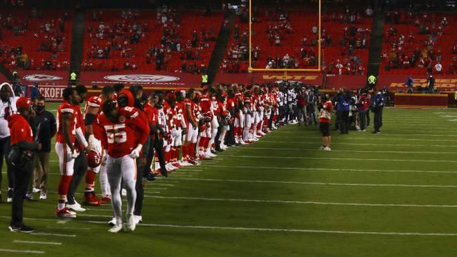 Die Spieler der Kansas City Chiefs und Houston Texans protestieren gemeinsam gegen Rassismus und Polizeigewalt in den USA