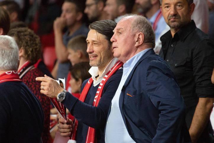 Ob Niko Kovac (l.) und Uli Hoeneß hier schon über die kommende Saison sprechen? Während der Bayern-Trainer mit seiner Elf noch um zwei Titel und womöglich auch um seine Zukunft kämpft, treiben die Bosse im Hintergrund den Umbruch voran