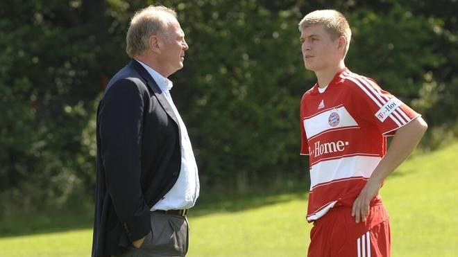 Der damalige Manager Uli Hoeneß (li.) im Gespräch mit Toni Kroos (beide Bayern)
