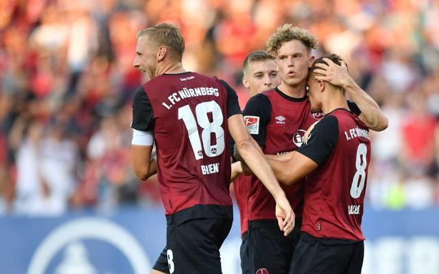 Hanno Behrens, Robin Hack Nikola Dovedan (v.l.) feiern den Sieg gegen Darmstadt