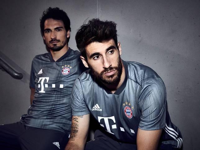"""""""Stahlgrau in die neue Königsklassen-Saison"""": Mit diesen Worten hat der FC Bayern sein neues Champions-League-Trikot angekündigt"""